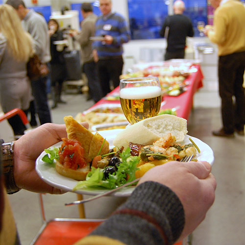Servering av tapas under åpent hus på Ellco Etikett