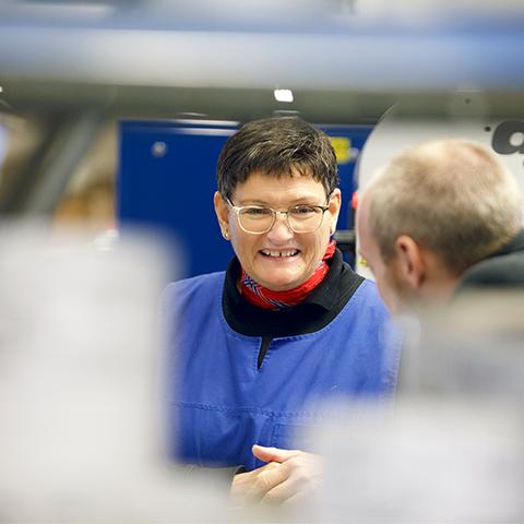 Smilene sitter løst her hos oss. Ellco Etikett er opptatt av et godt arbeidsmiljø, derfor praktiserer vi stor takhøyde og en god lagånd for å levere kvalitet i både produkter og tjenester.