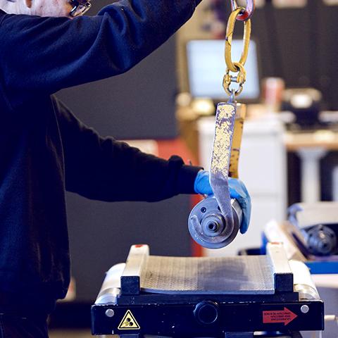 Vi på Ellco Etikett gjør mye av jobben selv, men vi tenker sikkerhet i hvert ledd. For eksempel benytte vi en kran for å løfte stansevalsene, da de er veldig tunge.