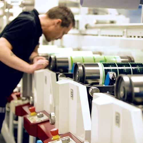 Håvard inspiserer etiketter i flexomaskinen, Mark Andy P7 Performance.