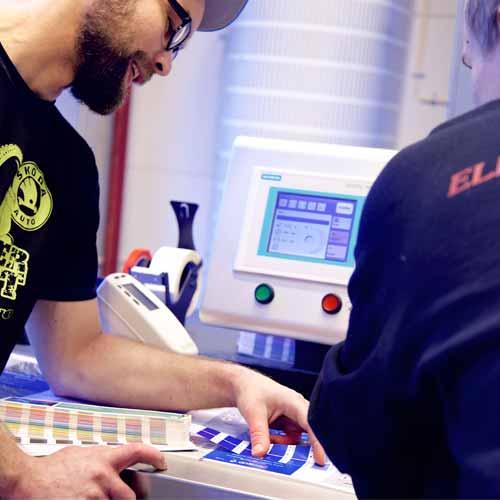 Mats og Fredrik i fargediskusjon på HP Indigo.