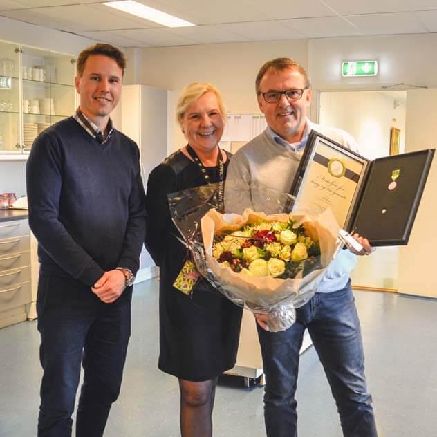 F.v. Daglig leder på Ellco Etikett, Nittedals ordfører og medaljemottaker Bjørn Aurmo.